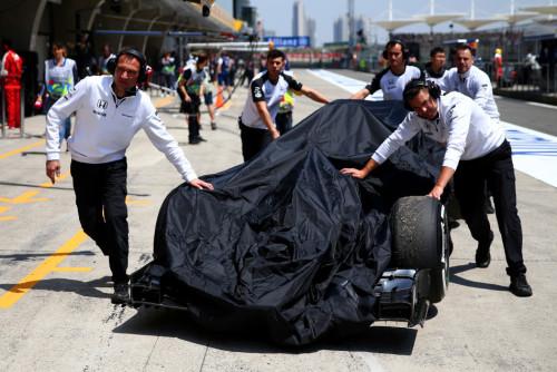 图文-2015年F1中国站排位赛 迈凯轮车队的遮羞布