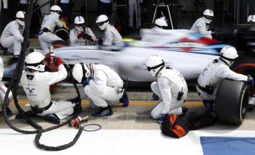 图文-F1英国站正式比赛 威廉姆斯车队马萨进站