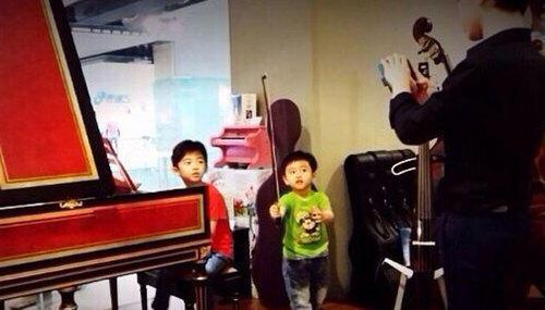 Lucas領弟弟逛樂器行彈琴扮指揮架勢足