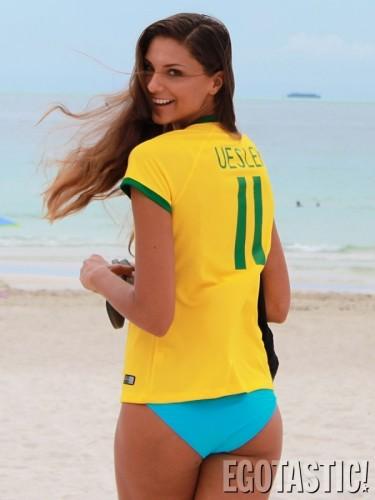 高清图-女明星穿巴西队服海滩嬉戏