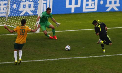 高清图-第95球:比利亚脚后跟破门