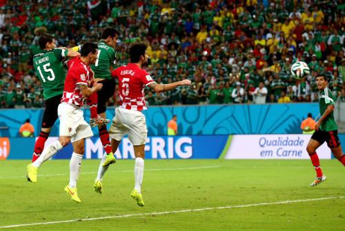 高清图-第104球:墨西哥中流砥柱顶入关键球