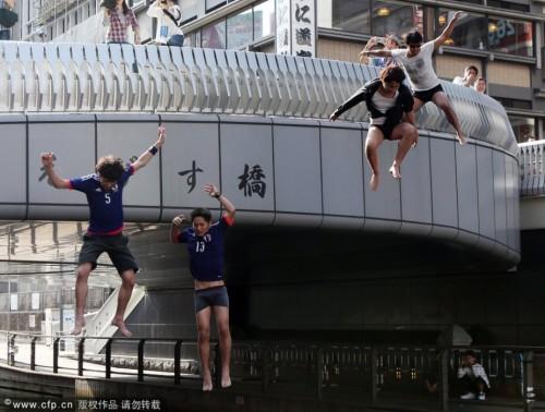 日本被淘汰球迷跳河发泄不满