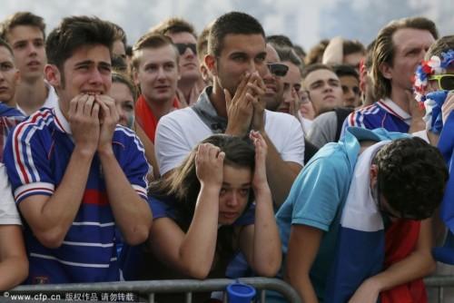 法国遭淘汰本土球迷痛哭流涕