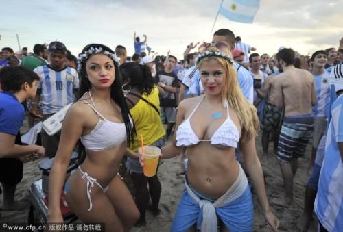高清图-阿根廷比基尼球迷海滩看球