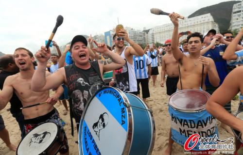 高清图-阿根廷球迷静候决战