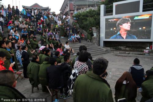 高清图-泰山之巅球迷汇聚观战世界杯决赛