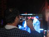 观众用手机记录现场