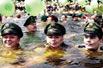 警察游泳抗议