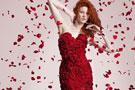 设计师用玫瑰制作裙子