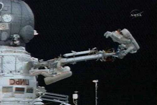 俄罗斯航天员太空行走拆除爆炸装置(图)
