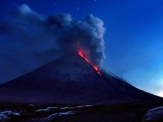 俄两座火山爆发喷烟高度达5千米伴随60次地震