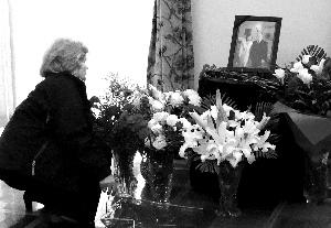 波兰驻华使馆为坠机遇难者设临时悼念厅(组图)