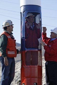 智利新型救生舱送抵矿难现场矿业部长亲自试乘