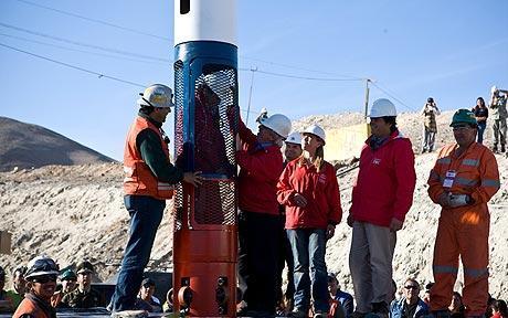 智利被困矿工争相最后升井