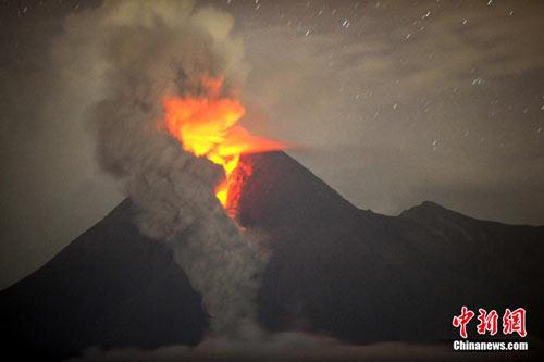 印尼火山喷发已致85人死亡机场暂时关闭(图)