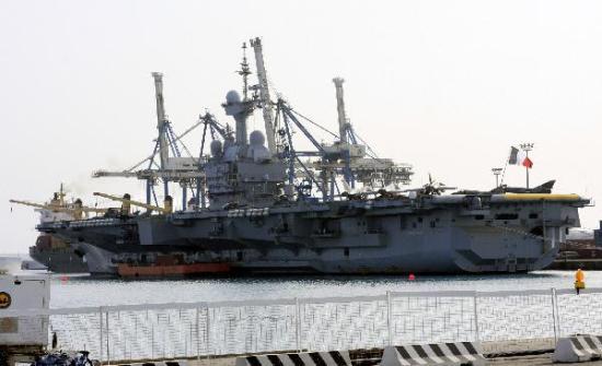 """这是法国""""戴高乐""""号核动力航空母舰2010年3月14日停泊在塞浦路斯利马索尔港的资料照片。新华社记者王强摄"""