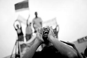 2日,利比亚班加西,一名当地男子高喊口号。