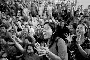 3日,英禄的支持者在听到初步选举结果后鼓掌欢呼,在当天的泰国大选中,英禄所在的反对党为泰党取得大胜。