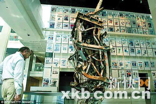 """新闻博物馆展出了世界贸易中心北塔被""""9・11""""恐怖分子破坏的""""天线"""",博物馆的墙上贴满了关于""""9・11""""事件的新闻头版。"""