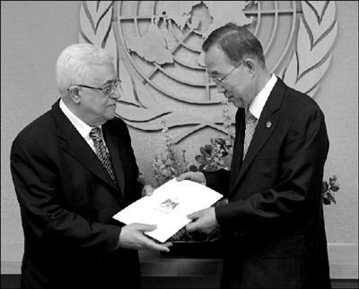 23日,在位于美国纽约的联合国总部,阿巴斯(左)向潘基文递交巴勒斯坦寻求成为联合国会员国的申请。新华社/美联