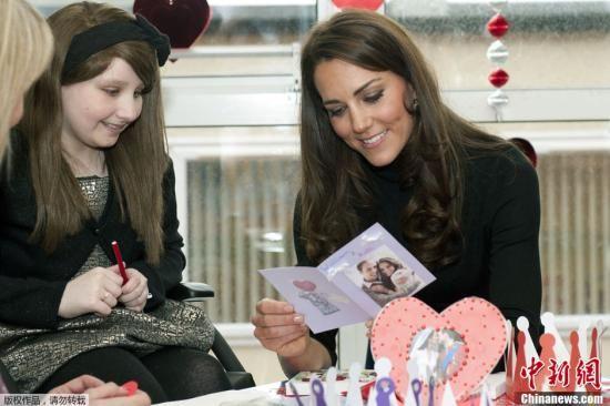 当地时间2月14日情人节,英国利物浦,威廉王子妻子凯特王妃参观当地一家儿童医院时和孩子们在一起。