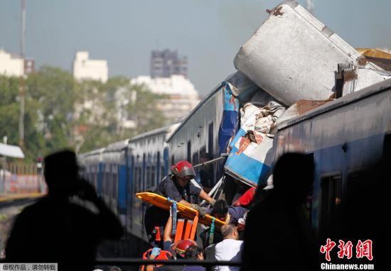 当地时间2月22日,阿根廷首都布宜诺斯艾利斯,发生城铁列车出轨事故,事故目前已造成至少49人死亡,约600人受伤,仍有乘客被困。这成为近年来阿根廷发生的最严重的铁路交通事故。