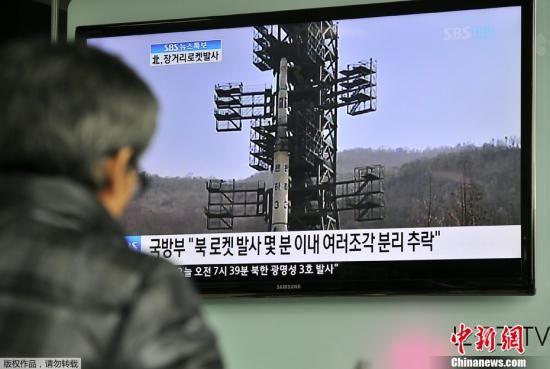 图为韩国首尔民众通过电视关注朝鲜卫星发射情况。