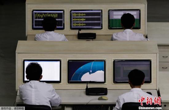 2012年4月11日,朝鲜卫星控制综合指挥所向国际媒体开放,图为科学家们在时刻监控着发射台上的火箭。朝鲜官方表示,卫星将于当地时间4月12日到4月16日之间发射。