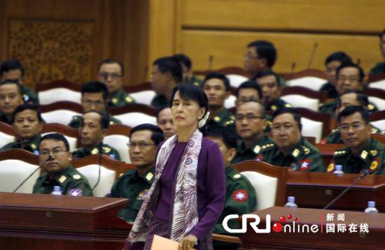 """当地时间2012年5月2日,缅甸内比都,缅甸民盟领导人昂山素季在下议院中走过军事代表席。昂山素季和民盟议员当天正式宣誓,成为议会成员。之前,民盟由于宣誓誓词中的""""捍卫宪法""""的条款存在异议,而拒绝宣誓。图片来源:cfp"""