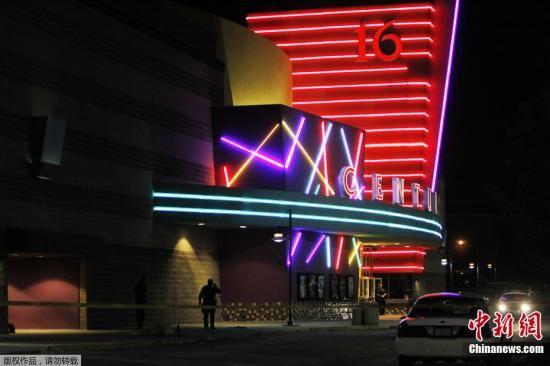 当地时间7月20日,美国丹佛市举行《蝙蝠侠前传3:黑暗骑士崛起》的首映现场发生枪击事件,截至目前至少造成14人死亡,50人受伤。图为枪击案现场。