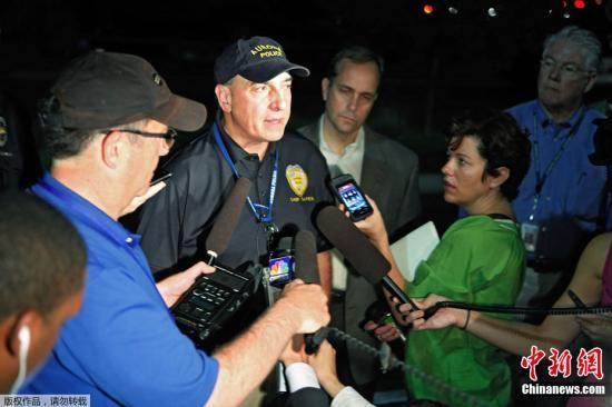 当地时间7月20日,美国丹佛市举行《蝙蝠侠前传3:黑暗骑士崛起》的首映现场发生枪击事件,截至目前至少造成14人死亡,50人受伤。图为媒体采访当地警方新闻发言人。
