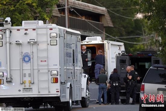 当地时间7月20日,美国丹佛市举行《蝙蝠侠前传3:黑暗骑士崛起》的首映现场发生枪击事件,截至目前至少造成数十人死伤。图为警方在嫌疑人住宅周边戒严。