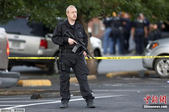当地时间7月20日,美国丹佛市举行《蝙蝠侠前传3:黑暗骑士崛起》的首映现场发生枪击事件,截至目前造成数十人伤亡。图为警方在嫌疑人住宅周边戒严。