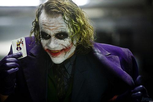 """《蝙蝠侠:黑暗骑士》中的反派角色""""小丑"""",扮演者为已故澳洲男演员希斯•莱杰。"""