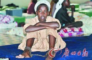 被囚禁的儿童被铁链拴在宿舍床上,无法自由行走.