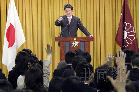 12月17日,日本自民党总裁安倍晋三17日在党总部会见记者,表示考虑与日本维新会和众人之党携手修改宪法。