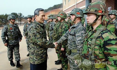 资料图:韩国国防部长官金宽镇视察延坪岛海兵部队。