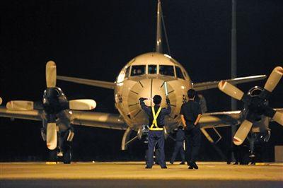 昨日21:30,澳大利亚皮尔斯空军基地,一架结束搜救任务的飞机返回基地。本版图片/新京报记者 王叔坤