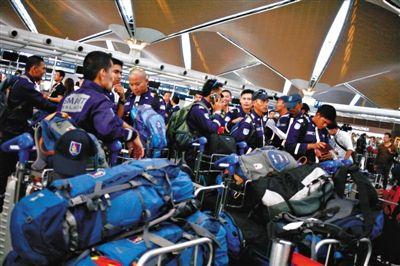 当地时间7月18日,马来西亚国际机场,马来西亚派特殊救灾和救援小组成员前往MH17坠机事故现场。图/CFP
