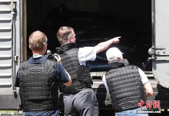 当地时间2014年7月20日,乌克兰顿涅茨克Torez,马航坠机遇难乘客遗体被装上列车冷藏车厢将被运走。载有部分遗体的火车从距空难现场不远的乌克兰托列兹市出发,前往顿涅茨克市。火车离站前,身处空难现场的欧洲安全与合作组织(欧安组织)代表检查了运载遗体的5节冷藏车厢。