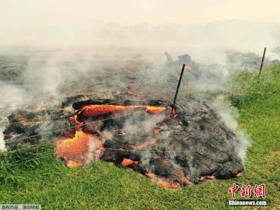 当地时间2014年10月,美国夏威夷基拉韦厄火山涌出的岩浆已经蔓延到乡村公路,逼近Pahoa村。基拉韦厄火山的熔岩从6月27日开始不断涌出,目前逼近的社区里居住着约4000人。