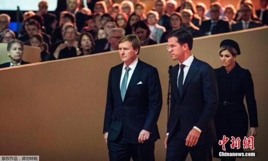 当地时间2014年11月10日,荷兰阿姆斯特丹,在马航MH17航班失事四个月后,遇难者的亲友们聚集在一起进行悼念。荷兰国王、首相悉数出席。