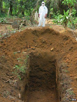 埋尸工人尤其容易被感染埃博拉(图片来源:BBC)