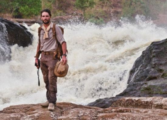 图中伍德站在乌干达的默奇森瀑布顶上。他称出发时充满希望,但途中许多事无法预测。(网页截图)
