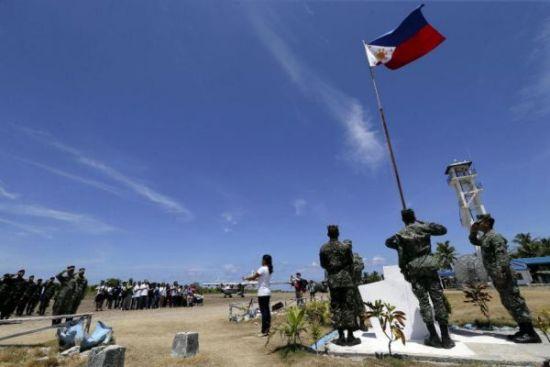 资料图片:菲律宾武装部队总参谋长卡塔庞5月11日率领大批记者登上菲律宾侵占的中国南沙群岛中业岛。