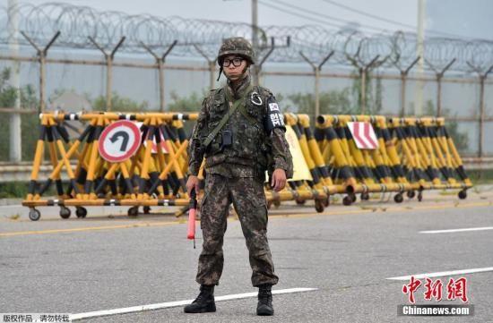 当地时间2015年8月21日,韩国坡州市,韩国士兵在一处军事检查站设置路障,封锁前往朝鲜开城联合工业园区的道路。