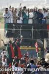 图文:贝-布托在卡拉奇向支持者挥手