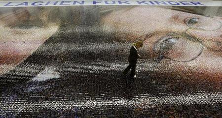 图文:世界最大马赛克照片亮相德国纽伦堡