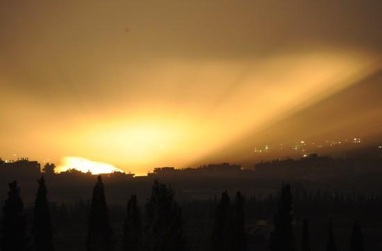 图文:加沙北部遭轰炸后火光照亮天空